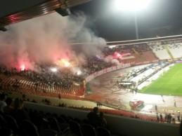 Navijači Zvezde na utakmici protiv Novog Pazara skandirali Karadžiću i Mladiću i palili tursku zastavu (VIDEO)