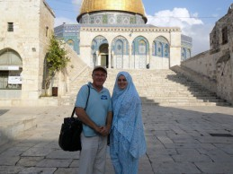 Stojim u haremu Al Aksa, u pozadini je grad sa osam kapija, na jednu je ušao hazreti Omer