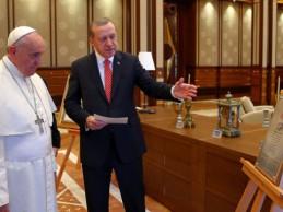 Erdogan papi Franciscu pokazao Ahdnamu koju je Sultan Fatih uručio bosanskim franjevcima