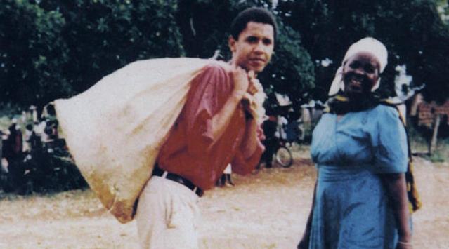 Barack Obama sa nenom Sarom Hussein radi seoske poslove u Keniji