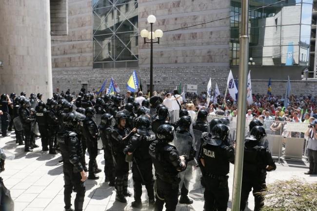 Radnički protesti pred Parlamentom FBiH na rubu ozbiljnih sukoba
