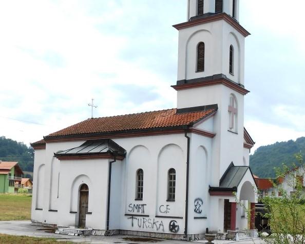 Ispisani uvredljivi grafiti na bespravno izgrađenoj crkvi u dvorištu nane Fate Orlović