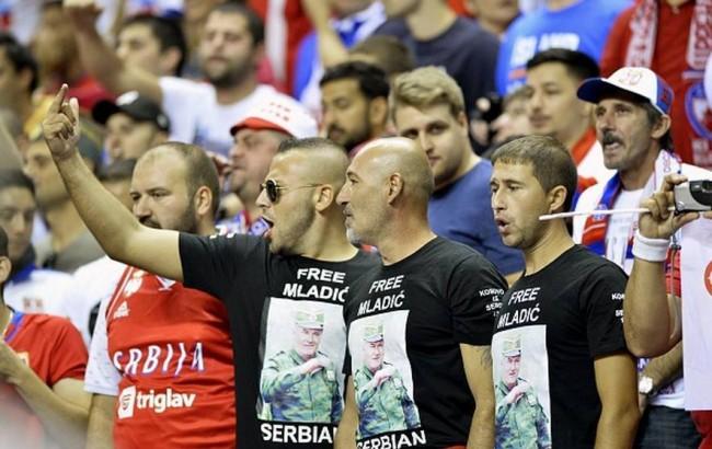 Navijači Srbije veličali zločinca Mladića na utakmici protiv Turske
