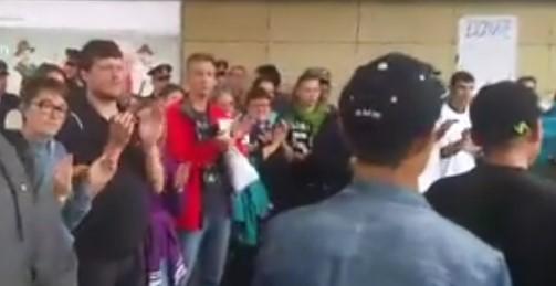 Emotivan doček: Prvi voz sirijskih izbjeglica stigao u Beč (VIDEO)