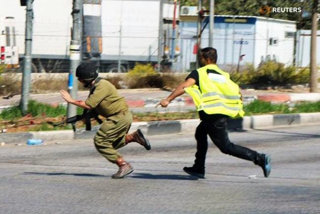 Nevjerovatan prizor: Izraelski vojnik sa puškom u ruci bježi ispred Palestinca koji ima samo nož