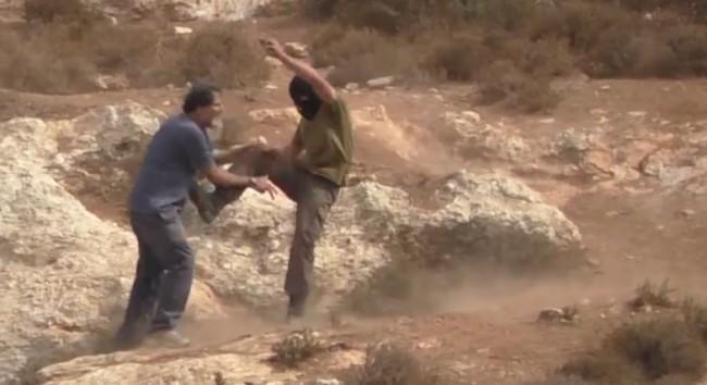 Jevrejski doseljenik napada hrabrog rabina Arika Asherman koji brani palestinske maslinjake (VIDEO)