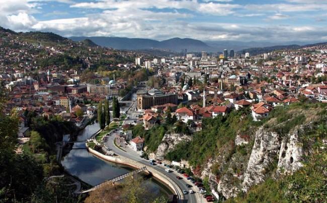 Zašto je Avaz prenio tekst u kojem se blati Alija Izetbegović i izjednačava krivica za rat u BiH?