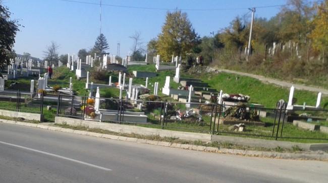 Tuzlanski Bošnjaci na katolički blagdan Svih svetih obilaze mezarja i pale svijeće