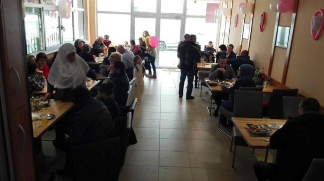 Na otvaranje restorana pozvao najsiromašnije stanovnike svoga  grada