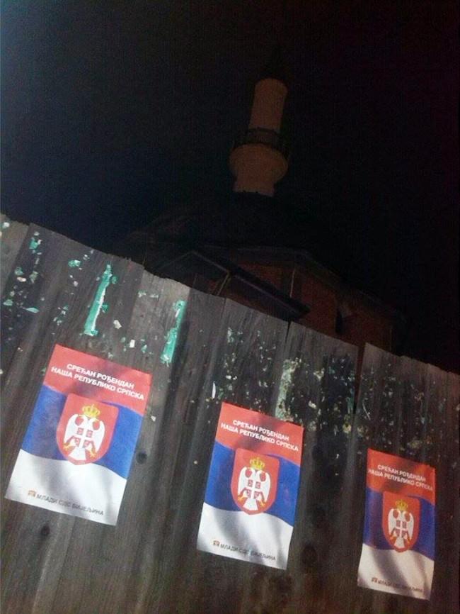 Mladi SDS-a Bijeljina oblijepili plakatama ogradu džamije Dašnica