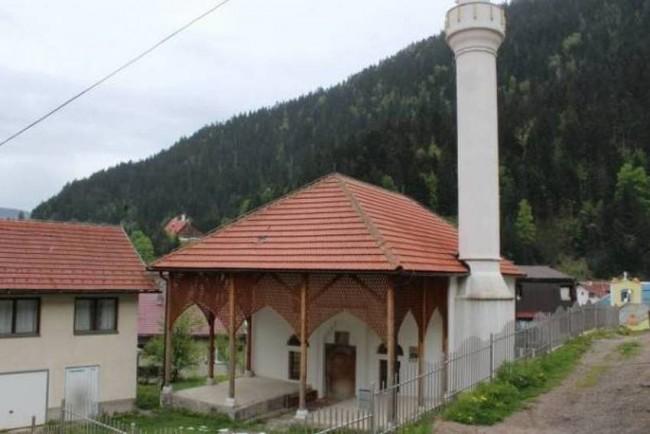 Čajniče: Dok su vjernici klanjali teravih namaz bačena eksplozivna naprava u blizini džamije