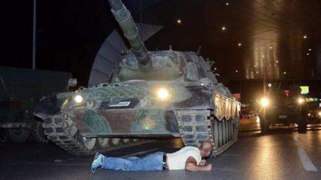 Fotografija koja je obišla svijet: Sandžaklija zaustavio tenk u Istanbulu