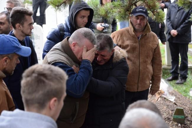 Bugojno: Očevi stradalih studentica zagrljeni dok se Selmin tabut spuštao u kabur