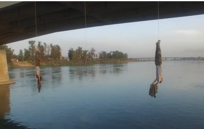 Bitka za Mosul: Isil objesio dvojicu zarobljenih kurdskih vojnika na most (VIDEO)