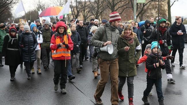 Aktivisti krenuli pješice na marš solidarnosti od Berlina do Halepa