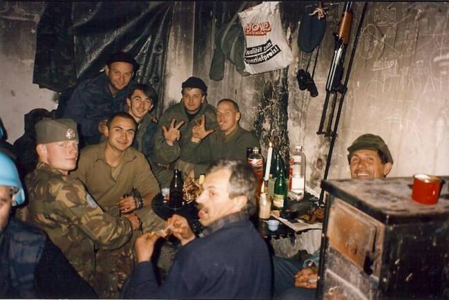 Holandski vojnici sa kokardama na glavi i četnici na pijanki u okolini Srebrenice 1994. godine