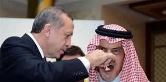 Turkish-PM-Feeds-Palestine-cake-to-official