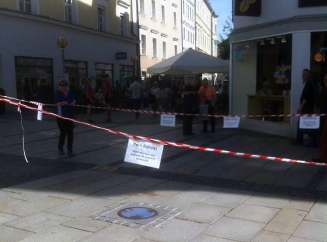Njemačka – Passau: Trgovi ograđeni crvenim trakama sa natpisima:Umrite sirijske izbjeglice