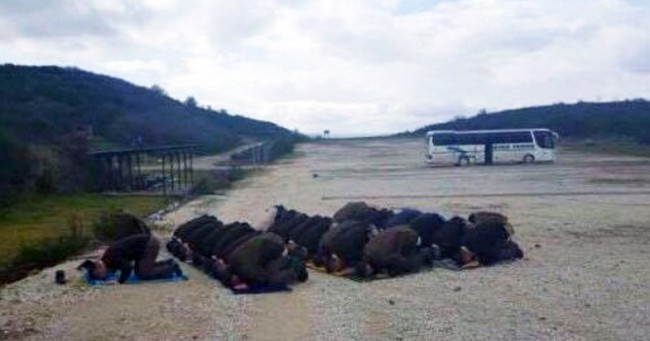 Slika dana: Kadeti kosovske policije klanjaju zajednički namaz na strelištu