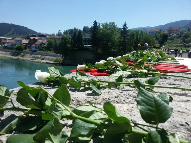 Zločini nad Bošnjacima Višegrada: Bačeno 3.000 ruža za 3.000 života