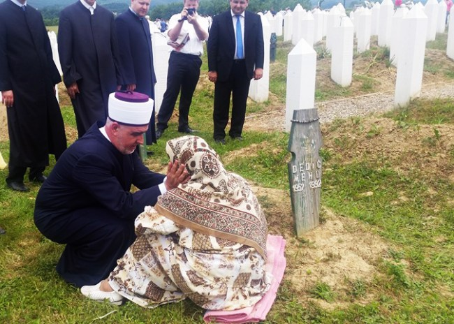 Zvornik: Reis Husein ef. Kavazović tješi majku šehida na dženazi