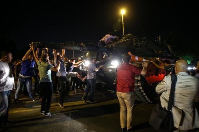 Narod zauzima tenkove na ulicama (VIDEO)
