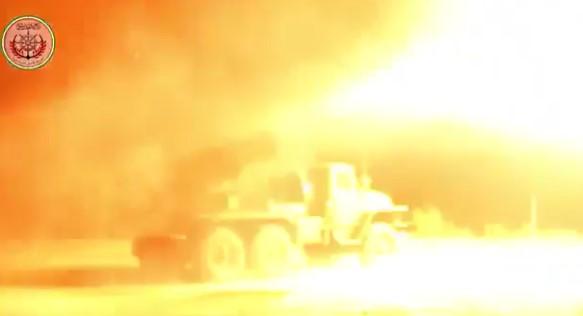 Sirijski mudžahidi tuku Asadovu vojsku višecijevnim lanserima koje su zarobili u Halepu (VIDEO)