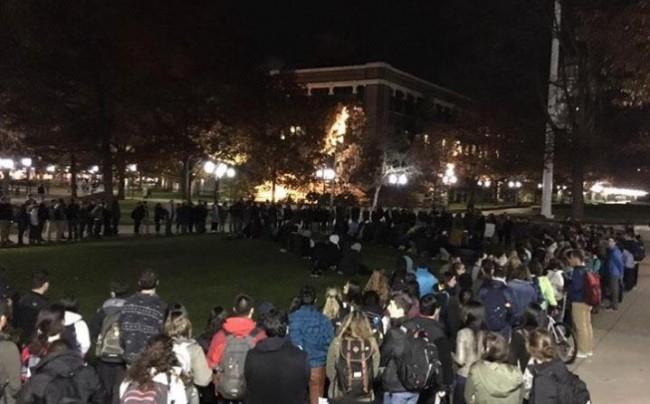 Američki studenti napravili krug kako bi zaštitili kolege muslimane dok su klanjali