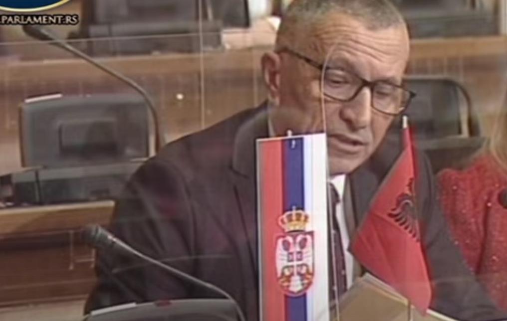 Šaip Kamperi usred Skupštine Srbije istaknuo zastavu Albanije